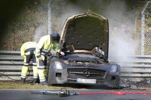 Mercedes Benz SLS pegando fogo korncars